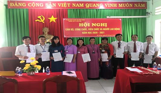 Hiệu trưởng Lê Thị Bích Hạnh trao quyết định bổ nhiệm tổ trưởng cho năm học mới