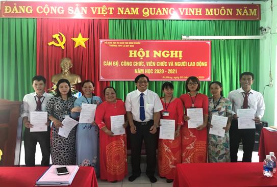 Phó Hiệu trưởng Huỳnh Văn Thông trao quyết định bổ nhiệm tổ phó cho năm học mới